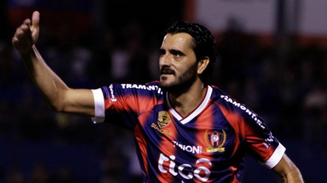Dani Güiza, con la camiseta del Cerro Porteño.