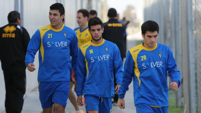 Alberto Quintana, en la foto entre Diego González y Galindo, todos ellos canteranos del Cádiz CF.
