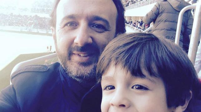 Ignacio Lloret, con uno de sus hijos en Carranza