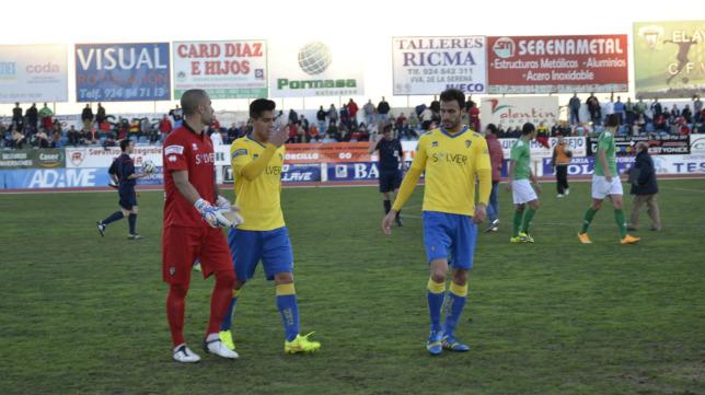 Josete y Servando hablan con Aulestia al final de un partido.