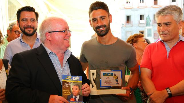 Kike Márquez recibe el premio de manos de Carlos Medina.