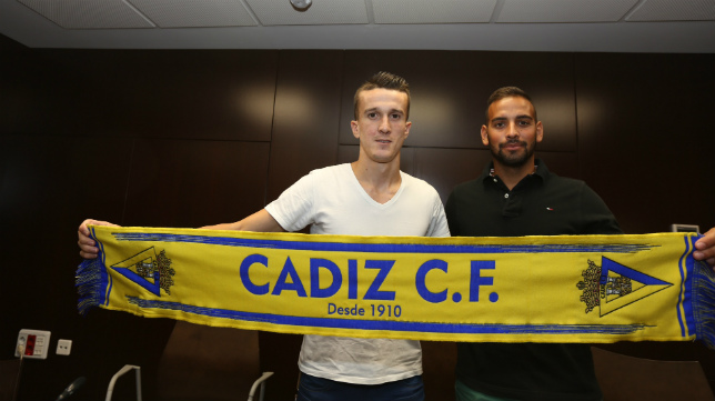 Salvi y Canario posando con la bufanda del Cádiz CF en su presentación.