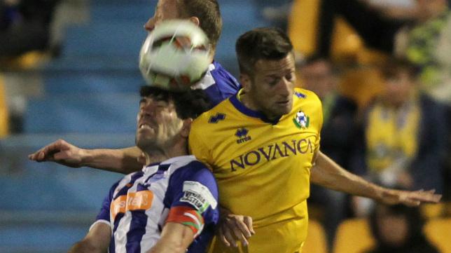 El delantero Màyor salta con dos defensas del Alavés en un partido de esta temporada en Segunda.