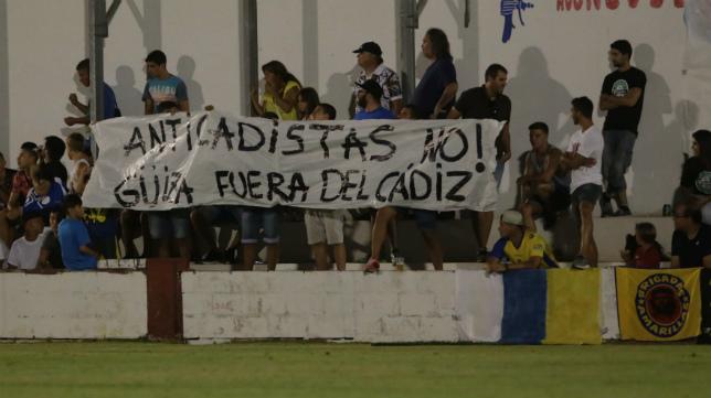 En el amistoso de ayer en Rota se vieron pancartas en contra del fichaje de Güiza por el Cádiz.