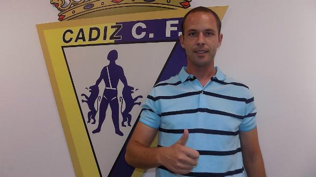 Rubén Domínguez posa con el escudo del Cádiz CF.