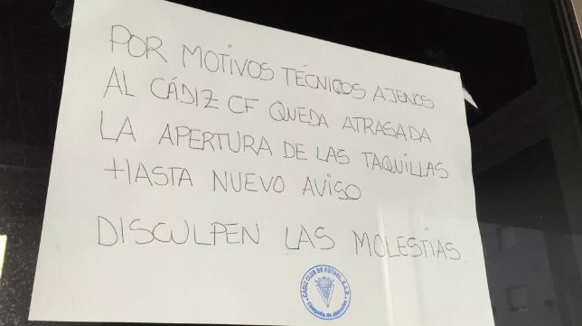 Este es cartel que aparecía esta mañana colgado en el estadio del Cádiz CF.