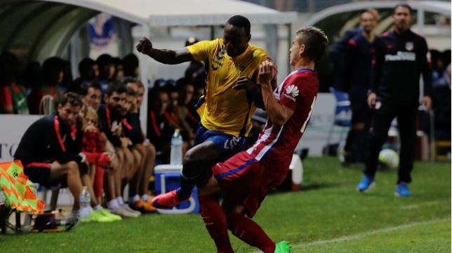 Wilson Cuero pelea con un jugador del Atlético de Madrid