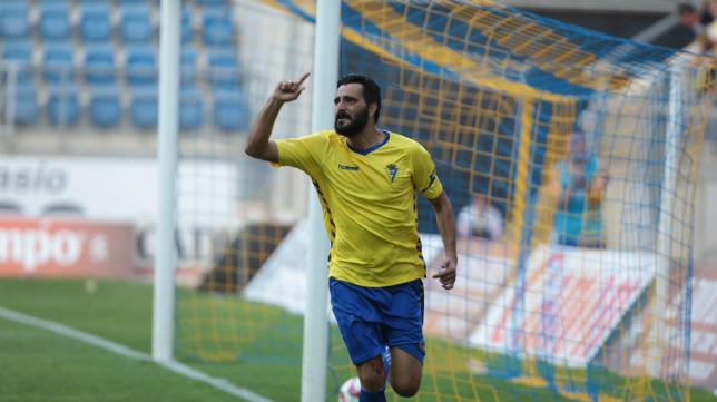 Dani Güiza celebra su primer gol con el Cádiz