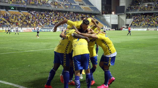 La plantilla del Cádiz CF celebrando uno de los goles ante el Cartagena.