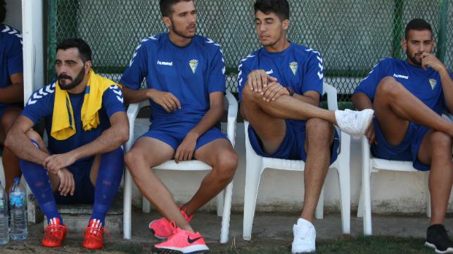 Dani Güiza, sentado en el suelo, en el banquillo del estadio sanluqueño de El Palmar.