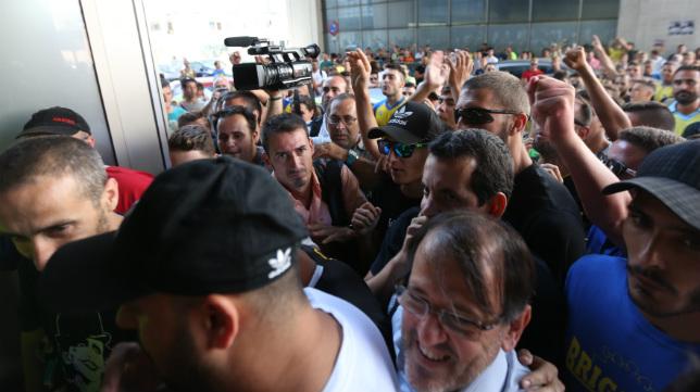 Unos cien aficionados mostraron su desacuerdo con el fichaje en las puertas del club.