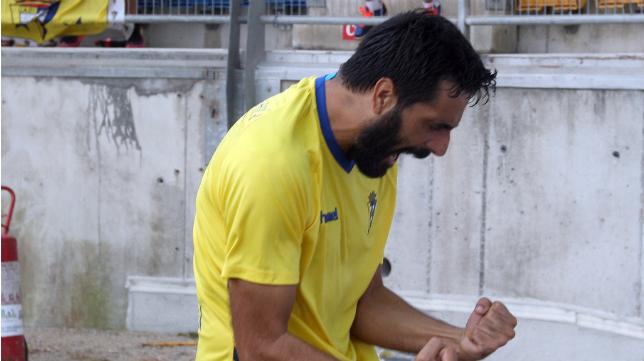 Dani Güiza celebrando su primer gol con la camiseta del Cádiz CF.