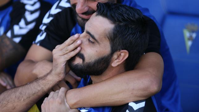 Güiza abrazado por un compañero del Cádiz CF