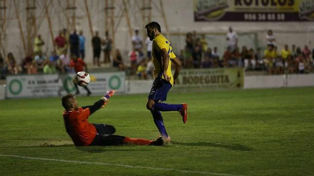 Güiza, en el momento en el que falló la ocasión de gol ante el portero Ismael.