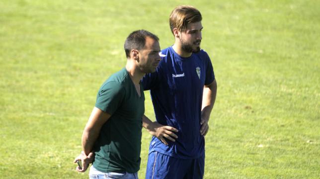 Jorge Cordero sigue atentamente las evoluciones de su equipo en El Rosal.