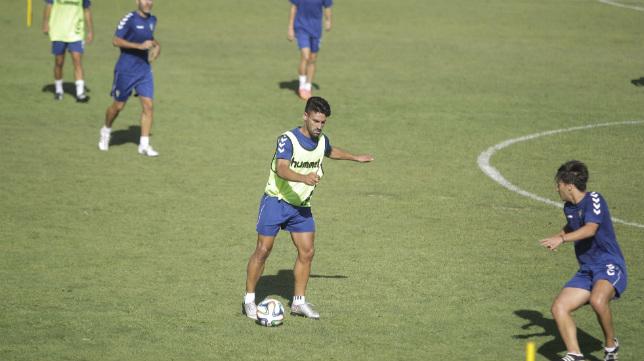 Kike Márquez se entrena junto a sus compañeros en El Rosal.