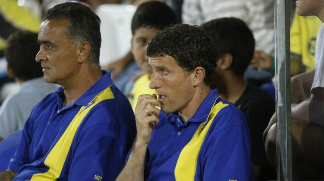 Chico Linares, en el banquillo junto a Javi Gracia, en la temporada del último ascenso a Segunda.