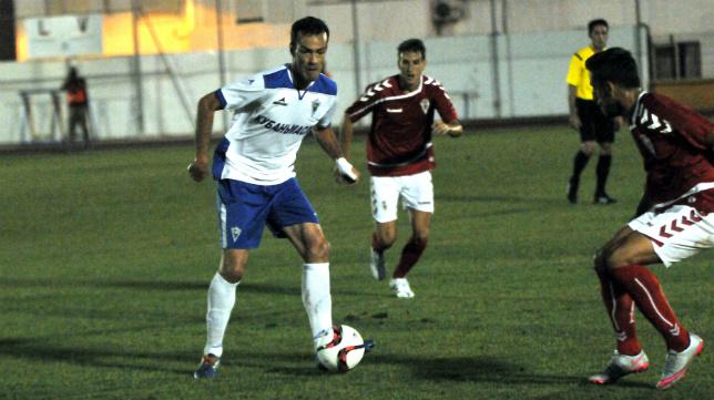 El Marbella FC, con Óscar Yebra en la imagen, es un equipo rocoso y complicado