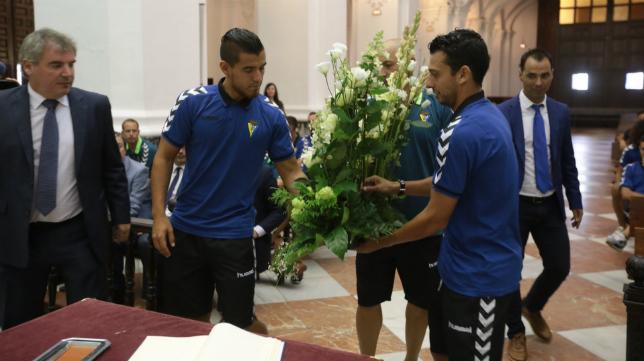 Vizcaíno, en el momento de la ofrenda floral a la Patrona con los capitanes Josete y Mantecón.