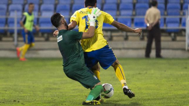 Imagen en la que se aprecia el penalti de Rubén sobre Güiza.