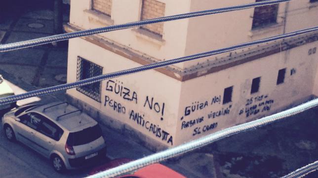 Imagen de una calle de Cádiz en la que se insulta a Güiza.