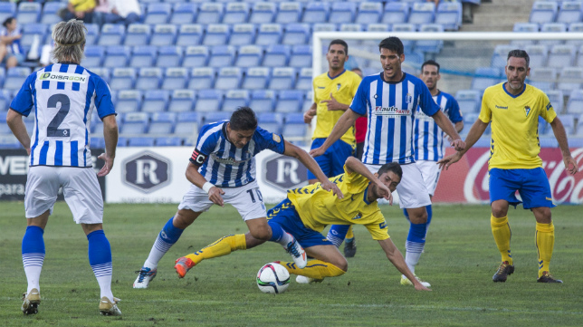 Machado pelea con un rival por el balón