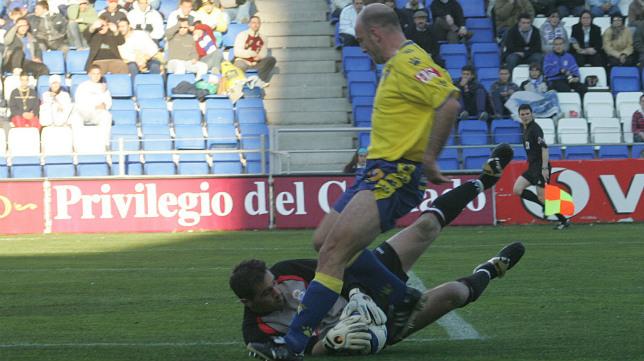 Nenad Mirosavljevic encima al portero rival, en el encuentro que el Cádiz empató (1-1) en el campo del Recreativo en 2005.