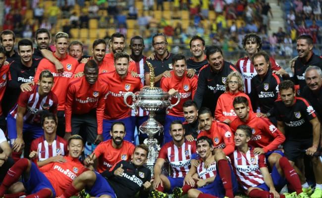 Los futbolistas del Atlético de Madrid posan con el Trofeo Carranza de 2015