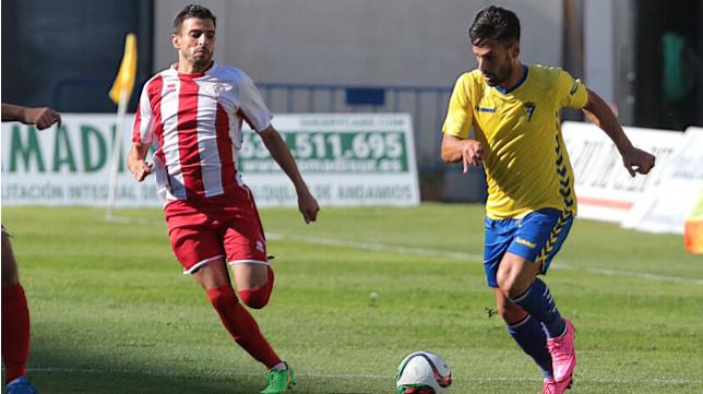 Kike Márquez intenta zafarse de un jugador del Algeciras