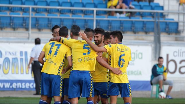 Jugadores del Cádiz CF celebran un gol en Carranza