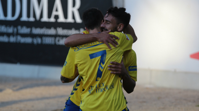 Salvi celebra su gol con Kike Márquez