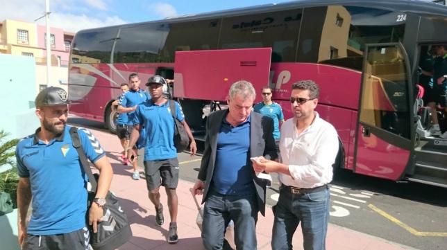La expedición del Cádiz CF llegando a su hotel de concentración