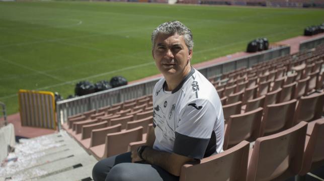 Joseba Aguado, en uno de los fondos del estadio Los Cármenes.