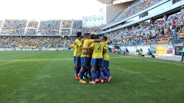 Los jugadores del Cádiz CF celebran uno de los goles en Carranza
