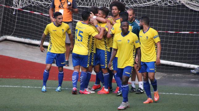 Los futbolistas del Cádiz celebran el gol de Servando que les da el pase copero a tercera ronda.