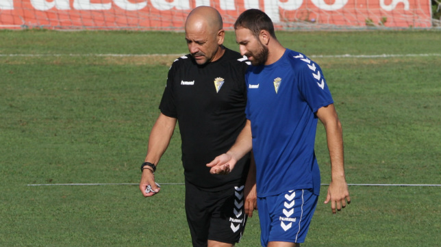 Claudio habla con Juanjo en un entrenamiento.