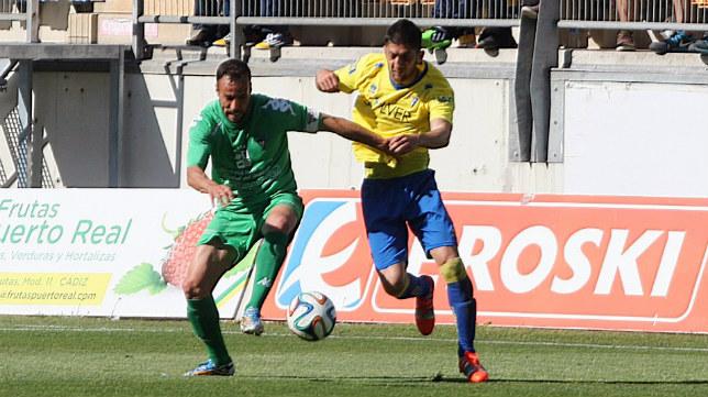Fran Machado persigue un balón en el Cádiz CF-Villanovense de la pasada campaña que acabó ganando el conjunto gaditano 2-0 con goles de Garrido y Juan Villar.