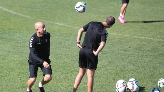 Claudio juega con el esférico durante un entrenamiento del Cádiz CF,