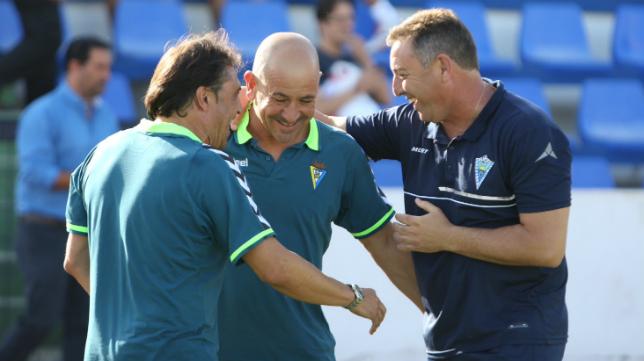 Claudio y Alfredo dialogan con Loren, entrenador del Marbella.