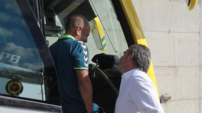 Claudio conversa con Vizcaíno junto antes de subirse al autobús