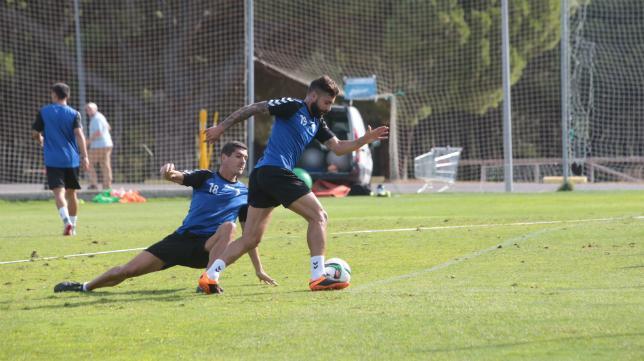 Cristian regatea a Garrido en un entrenamiento en El Rosal