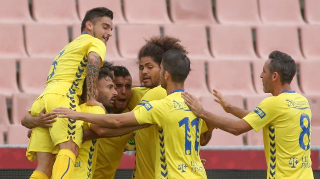 Tomás salta por encima de sus compañeros para celebrar el gol en Granada.