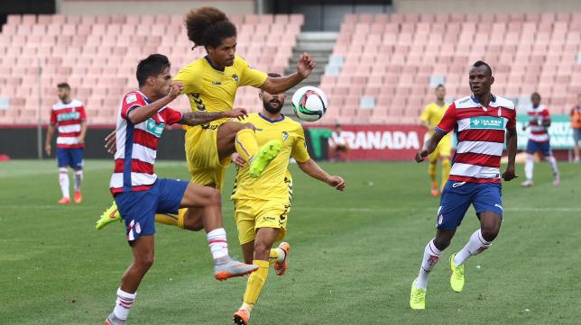 Aridane pelea por un balón ante el Granada B en el partido de la primera vuelta.