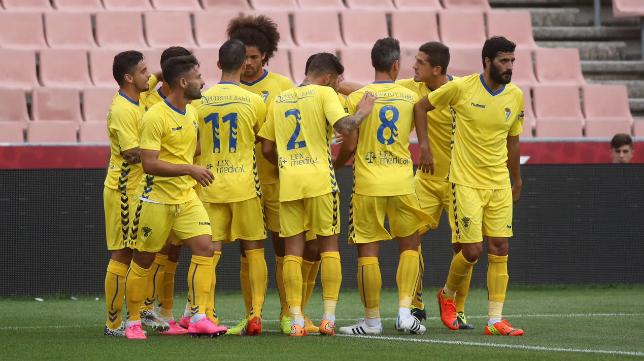 Los jugadores del Cádiz celebran un gol
