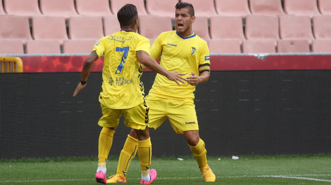 Josete celebra el gol con Hugo Rodríguez