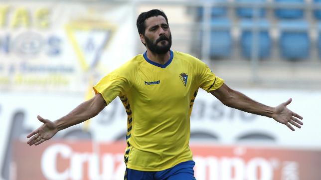 Güiza celebra su primer gol en el Cadiz CF.