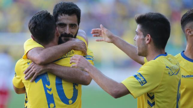Güiza celebra el segundo gol ante el Algeciras con Kike Márquez.