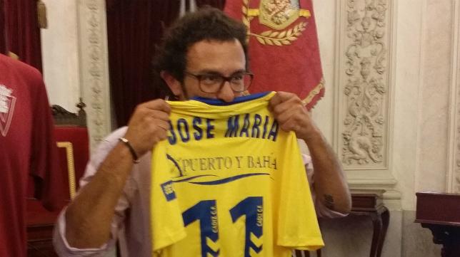 El alcalde con su camiseta del Cádiz CF