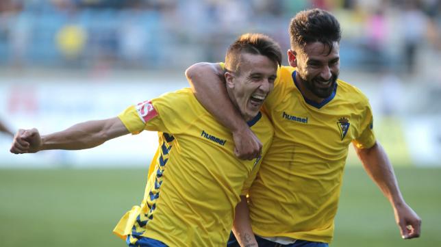 Salvi y Kike, los Zipi y Zape del Cádiz, celebran el gol del extremo.