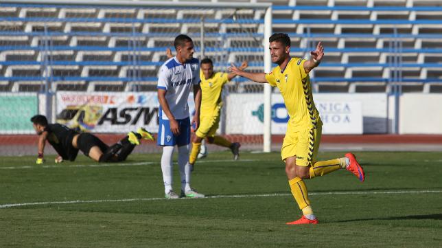 Lolo Plá celebra su gol en Marbella.